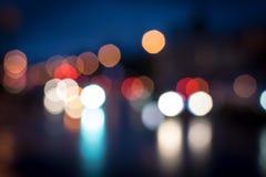 Traffico Defocused della via di notte Immagine Stock