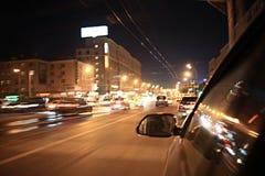 Traffico degli ingorghi stradali di notte della sfuocatura del fondo Fotografie Stock Libere da Diritti