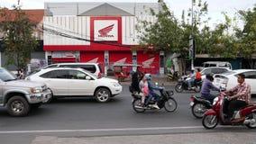 Traffico del boulevard di Preah Monivong in Phnom Penh in prima serata archivi video