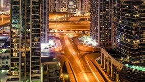 Traffico del Dubai alla notte stock footage