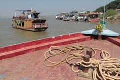 Traffico del fiume di Irrawaddy, vicino a Mandalay immagini stock