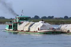 Traffico del fiume - fiume di Irrawaddy - Myanmar Fotografie Stock Libere da Diritti