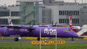 Traffico dell'aeroporto di Dusseldorf stock footage