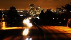 Traffico dell'autostrada senza pedaggio di Los Angeles alla notte stock footage