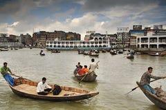 Traffico della barca sul fiume di Buriganga Fotografia Stock