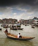 Traffico della barca sul fiume di Buriganga Immagine Stock