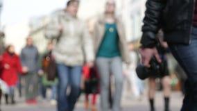 Traffico della gente tramite la via della città video d archivio