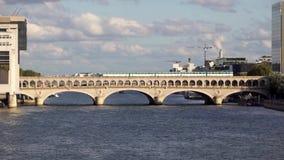Traffico della metropolitana e ministero francese per l'economia e la finanza - Parigi stock footage