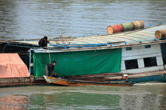 Traffico della nave sul Irrawaddy nel Myanmar fotografia stock libera da diritti