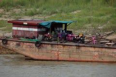 Traffico della nave sul Irrawaddy nel Myanmar immagine stock libera da diritti
