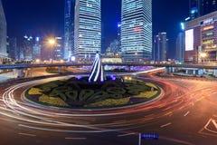Traffico della rotonda alla notte immagine stock libera da diritti