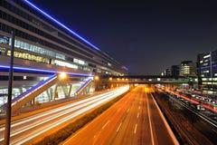 Traffico della strada principale nella notte vicino alla stazione ferroviaria Fotografia Stock Libera da Diritti