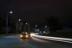 Traffico della via della città di notte Fotografia Stock