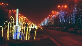 Traffico della via di notte di Natale stock footage
