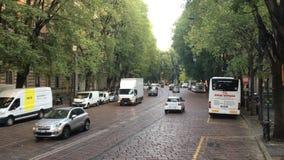 Traffico della via a Milano con le automobili ed il bus stock footage