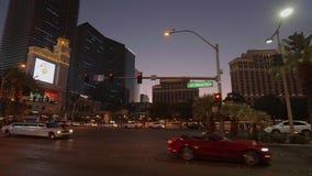 Traffico della via su Las Vegas Boulevard nella sera - U.S.A. 2017 stock footage