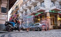 Traffico della via sulle vie della città di Batumi Immagine Stock