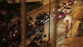 Traffico di automobile della città di Hong Kong alla notte video d archivio