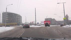 Traffico di automobile nella rotonda della citt? a causa delle precipitazioni nevose massicce inattese 4K stock footage