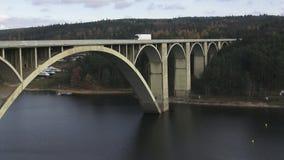 Traffico di automobile sopra il riveron Architettura del ponte esteriore sopra il fiume Ponte concreto sopra il fiume stock footage