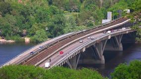 Traffico di automobile sul ponte archivi video