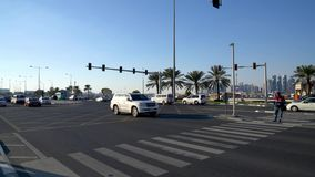 Traffico di automobile sulla strada del corniche e sulle vie in Doha, Qatar, Medio Oriente del centro urbano archivi video