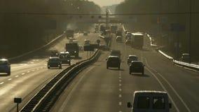Traffico di automobile sulla strada principale al tramonto nel lasso di tempo archivi video