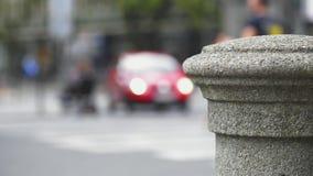 Traffico di automobile sulle vie della città archivi video