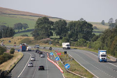 Traffico di autostrada con il vicolo chiuso per i lavori stradali Fotografie Stock