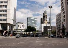 Traffico di Berlino e chiesa commemorativa Immagini Stock