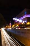 Traffico di Bucarest nel centro urbano di notte Fotografia Stock Libera da Diritti