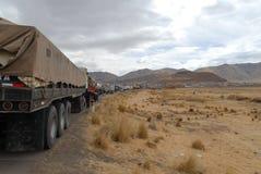 Traffico di camion lungo la strada - Ayaviri, Perù Fotografia Stock Libera da Diritti