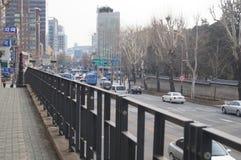Traffico di Changdeokgung giù in città Seoul, Corea del Sud Immagine Stock