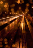 Traffico di città alla notte piovosa Immagini Stock Libere da Diritti
