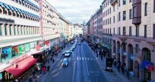 Traffico di giorno a Stoccolma, Svezia al rallentatore archivi video
