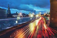 Traffico di Mosca alla notte nell'inverno Fotografia Stock