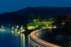 Traffico di notte alla barriera della maratona in Grecia Immagine Stock
