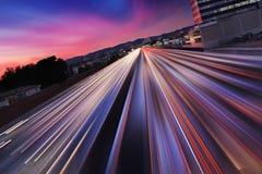 Traffico di notte dell'autostrada senza pedaggio Fotografie Stock