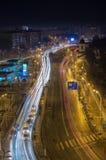 Traffico di notte della città di Bucarest fotografia stock