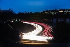Traffico di notte della strada principale della costa del Pacifico Fotografie Stock