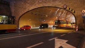 Traffico di notte della via e del tunnel a Varsavia archivi video