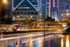 Traffico di notte in Hong Kong dopo pioggia Immagine Stock