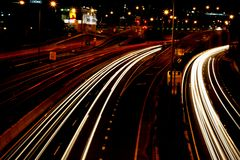 Traffico di notte nella città fotografia stock
