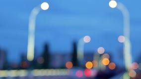 Traffico di notte nella città con moto vago Luci colorate infiammanti sui precedenti della città di notte L'effetto del bokeh archivi video