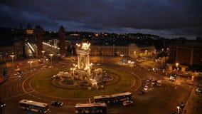 Traffico di notte su Plaza de Espana a Barcellona nella sera di estate stock footage