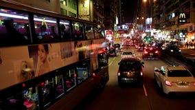 Traffico di notte su una via nella notte Kowloon archivi video