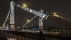 Traffico di notte sul bivio urbano e della strada transitabile archivi video
