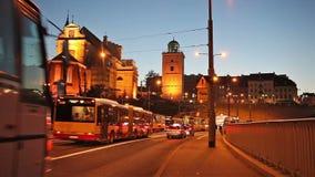 Traffico di notte sul viale di solidarietà a Varsavia archivi video