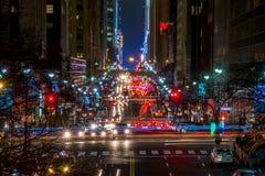 Traffico di notte sulla quarantaduesima via di NYC Fotografia Stock Libera da Diritti