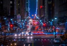 Traffico di notte sulla via 42 in New York Fotografia Stock